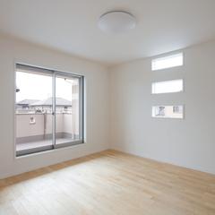 三段窓からやわらかな光が差し込む洋室