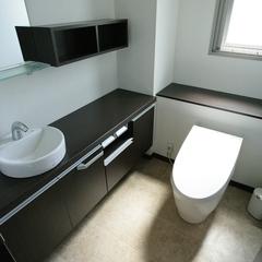 モダンスタイルで衛生的な洗面台のあるトイレ