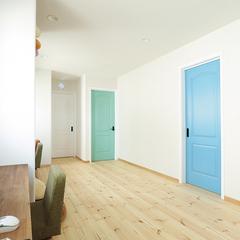 カラフルな室内ドアが目をひく廊下