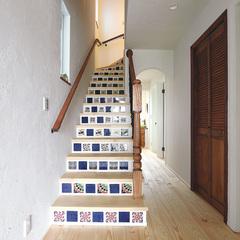 お気に入りのタイルで装飾したインテリアのような階段
