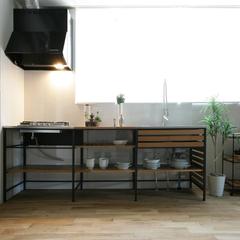 クールなインダストリアルテイストの造作キッチンカウンター