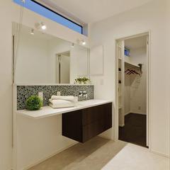 タイルで個性的でオシャレな洗面に、横にはクロークもあり家事楽!