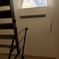 スケルトン階段で圧迫感のない部屋に、階段の窓からの光がたっぷり入ります。