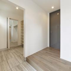 広々とした玄関と高級感あふれるリビングドア
