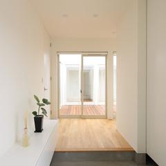 玄関に入るとすぐに中庭が見える明るいホール