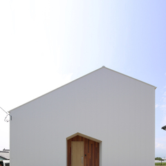 白くてシンプルな外観のお家