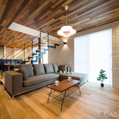 木目の天井とアイアンでカフェ風リビング
