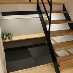 こだわりの造作階段下の空いたスペースを有効活用したタタミコーナー