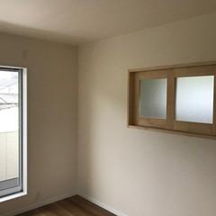 アウトドア好きの人が選んだ自然素材に包まれ室内窓がアクセント北欧風の洋室
