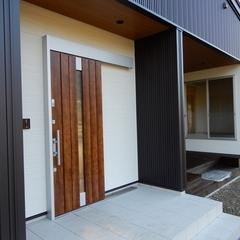 家族でアウトドアを楽しめるインナーバルコニーのあるシンプルモダンな家