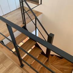 木の贅沢な香りに包まれアウトドア気分にも浸れるシンプルモダンな階段