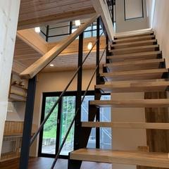 アウトドア好きの家族が過ごすリビングにあるストリップ階段