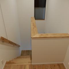 手すりの木目がシンプルなアウトドアテイストの階段