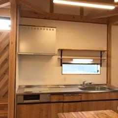 木をふんだんに使用した空間でアウトドア飯を作りたくなる北欧風キッチン