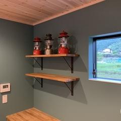 アウトドアグッズをカッコよく飾れる収納棚のある北欧スタイルのキッチン