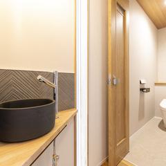 玄関とトイレの間に設置した造作手洗いボウル