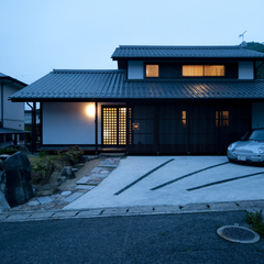 趣楽の家~和モダン~ 木の格子からもれる灯り 夜の外観