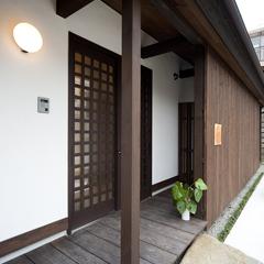 和モダン 木製格子のある玄関