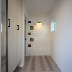 アクセント壁がおしゃれな玄関ホール