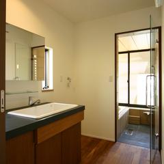 開放感のある洗面とバスルーム