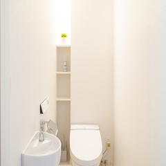 白を基調とした清潔感のあるトイレ。TRETTIO GRAD(トレッティオ グラード)