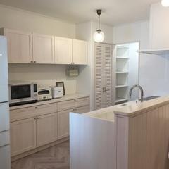 無垢材の扉で統一した白いナチュラルキッチン。福富住宅の注文住宅「Jewel Box-House」