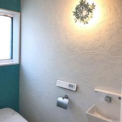 白い花柄のデザインクロスが浮かび上がるおしゃれなトイレ。足利市・福富住宅の注文住宅「音を奏でる家」