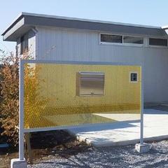 黄色のカラーフェンスが目を引く、郵便ポスト。足利市・福富住宅の注文住宅「フラットルーフハウス」