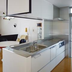 白いシンプルなキッチン。足利市・福富住宅の注文住宅「フラットルーフハウス」