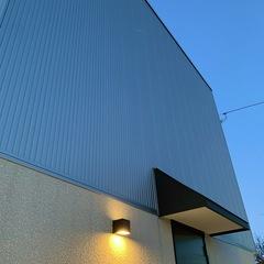 夕暮れに美しく浮かび上がる北欧デザイン規格住宅。TRETTIO GRAD(トレッティオグラード)