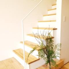 白いアイアンの手すりで軽やかな階段を演出。北欧デザイン規格住宅TRETTIO GRAD(トレッティオグラード)
