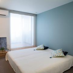 北欧カラーのアクセントクロスが目を引く寝室です。TRETTIOGRAD(トレッティオグラード)
