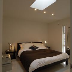 落ち着きのあるホテルライクでシンプルな寝室のある美しい規格住宅
