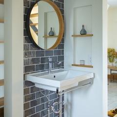美しい規格住宅のデザイン性高いタイルがお洒落な玄関洗面所