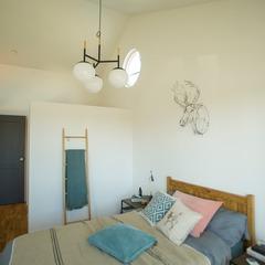 自然のやさしさを感じる北欧の寝室のある美しい規格住宅