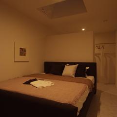 美しい規格住宅の北欧風な癒しの寝室