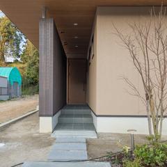 奥行きのある美しい規格住宅の玄関ポーチ