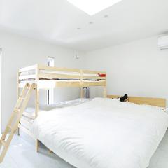 美しい規格住宅の親子で寝て健やかに育てられるオシャレな寝室