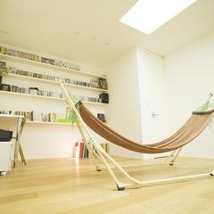 美しい規格住宅でオシャレな一日を過ごすハンモックのあるお部屋