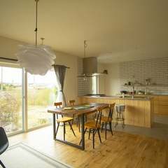 美しい規格住宅の休日を満喫できる木の質感あふれるお部屋