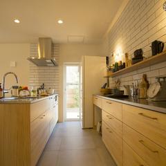 美しい規格住宅の高品質木材のカフェのような北欧のキッチン