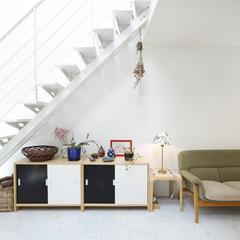 美しい規格住宅の洗練されたシンプルな階段下のリビング