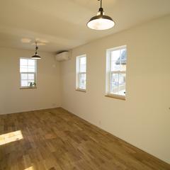 格子窓がかわいらしい子供部屋を連想させる美しい規格住宅