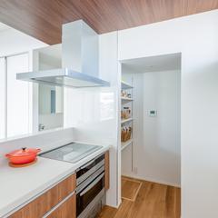美しい規格住宅の清潔感あふれるキッチンと利便性抜群のパントリー