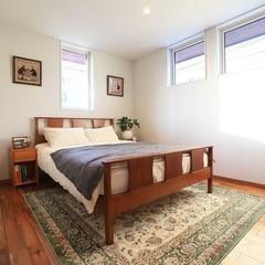 自然素材に優しく包み込まれリラックスできる落ち着きのある北欧スタイルの寝室