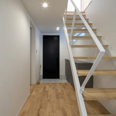 柔らかく自然光が降り注ぐストリップ階段