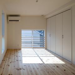 奥深い魅力を持つ白い空間の部屋