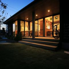夜の景色にも輝くインダストリアルなお家