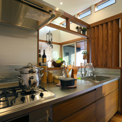 まるでカフェのような自然素材豊かなデザインのキッチン