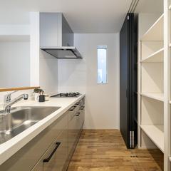 黒い収納扉がカッコいい!自然素材の魅力タップリなシンプルモダンのキッチン